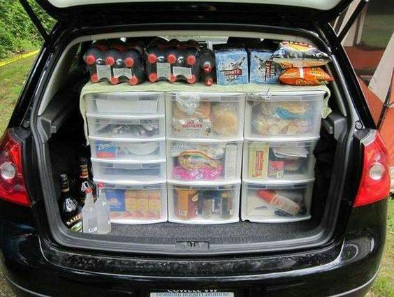 Rangement pour la bouffe de camping dans la voiture